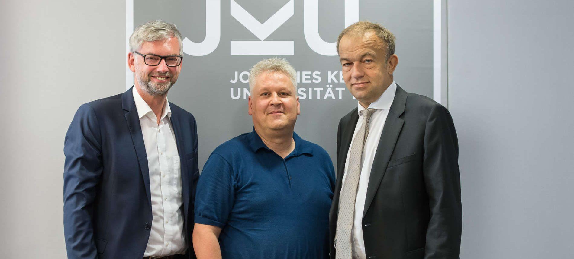 Basteln gemeinsam am Spitzeninstitu mit Weltanspruch in Linz (v. l.): LH-Stv. Strugl, Hochreiter, JKU-Rektor Lukas