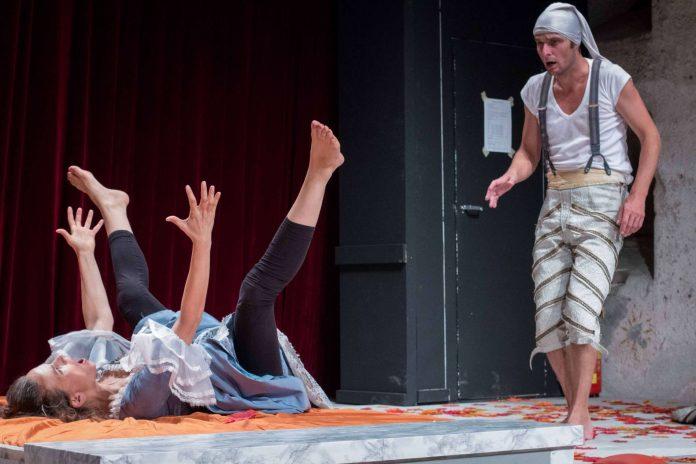 "In ""freudiger"" Erwartung: Julia (Julia Ribbeck) und Romeo (Martin Dreiling)"