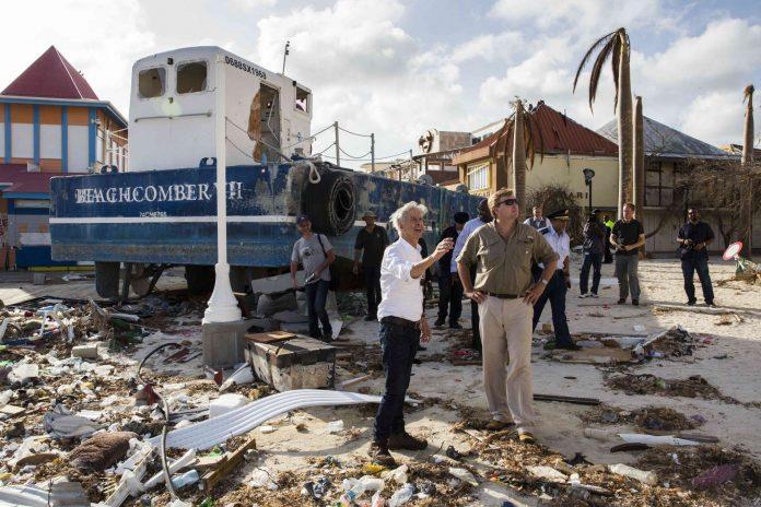 """Der niederländische König Willem-Alexander machte sich gestern selbst ein Bild von den Zerstörungen durch """"Irma"""" auf der Karibikinsel Sint Maarten."""