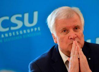 Markus Söder (l.) hält sich zwar selbst noch zurück, seine Anhänger fordern aber offen Seehofers Rücktritt.