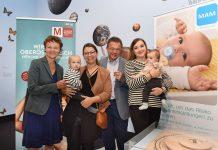 Gerda Ridler, Wissenschaftliche Direktorin OÖ. Landesmuseum (o. l.), und Peter Röhrig, GF MAM Babyartikel, mit jungen Müttern und ihren Babys im Schlossmuseum