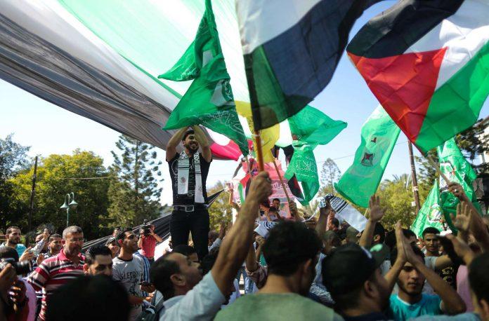 Die Freude unter den Palästinensern war groß (oben), als Saleh al-Aruri (l.) von der Hamas und der Leiter der Fatah-Kommisison, Asam al-Ahmad, das Abkommen unterzeichneten. Eine offízielle Reaktion Israels blieb vorerst aus.