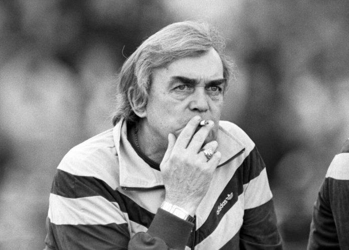 Ein Foto mit Symbolcharakter: Die Zigarette durfte bei Ernst Happel auch an der Seitenlinie nie fehlen. Kl. Bild links: Der 66-Jährige, bereits gezeichnet von seiner Krankheit 1992.