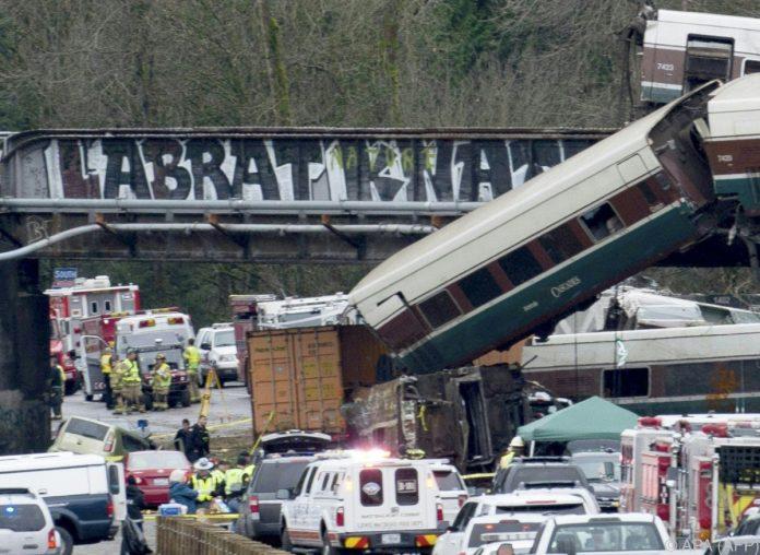 Zug entgleist und stürzt von Brücke auf Autobahn bei Seattle