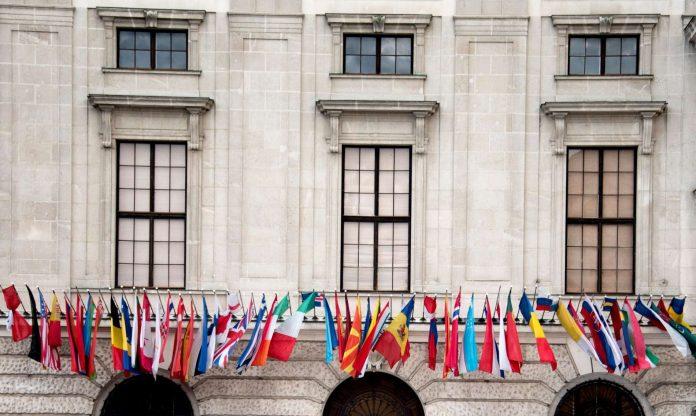 Die Flaggen der OSZE-Staaten zierten gestern schon die Hofburg wo sich heute zum Abschluss des österreichischen Vorsitzjahres Top Politiker aus aller Welt treffen