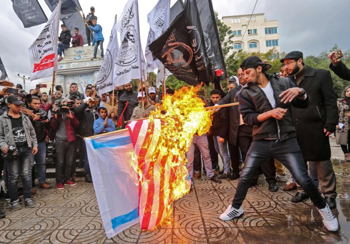 Brandgefährliche Trump-Entscheidung zu Jerusalem: Im Gazastreifen verbrennen wütende Palästinenser israelische und US-Flaggen.