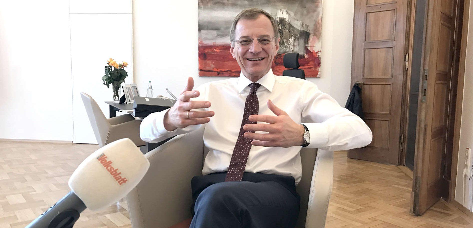 Freitag Mittag im Büro des Landeshauptmannes: Während in Wien die Koalitionsverhandlungen ins Finale gehen, resümiert LH Thomas Stelzer im VOLKSBLATT-Gespräch die Verhandlungen sowie die Debatten rund um das Landesbudget.