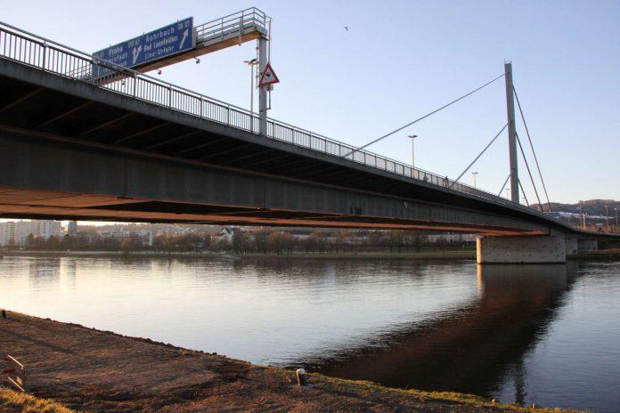 Die Voestbrücke (oben) bekommt an jeder Seite eine Bypass-Brücke. Im Sommer werden die Pfeiler der alten Eisenbahnbrücke (unten) entfernt.