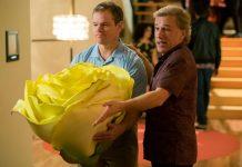 So ein Rosenkopf kann ganz schön schwer sein, wenn man auf ein paar Zentimeter geschrumpft wurde: Matt Damon (l.) schleppt, Christoph Waltz dirigiert