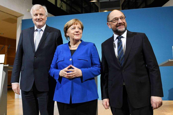 Erleicherte Gesichter: Merkel, Seehofer (l.) und Schulz nach dem Sondierungsdurchbruch.