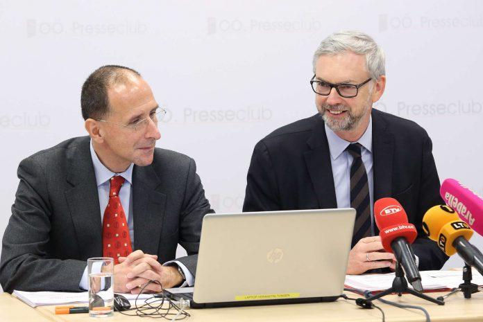 Wirtschaftslandesrat Michael Strugl und Peter Filzmaier (Institut für Strategieanalysen, l.) präsentierten freudestrahlend die Umfrage.