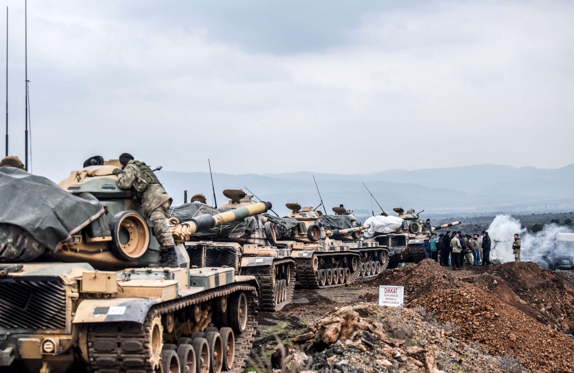 Türkische Truppen beim Vorrücken auf die syrische Grenze im Rahmen ihrer Offensive
