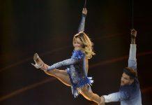 Akrobat schööön: Helene Fischer mit einem ihrer 18 Tänzer