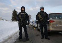Weil vom Täter zunächst jede Spur fehlte, riegelte die Polizei das Gelände rund um den Hof der Familie großräumig ab.