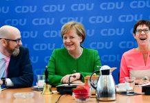 Erste personelle Weichenstellung Merkels: Annegret Kramp-Karrenbauer (r.) soll Peter Tauber nachfolgen und CDU-Generalsekretärin werden.