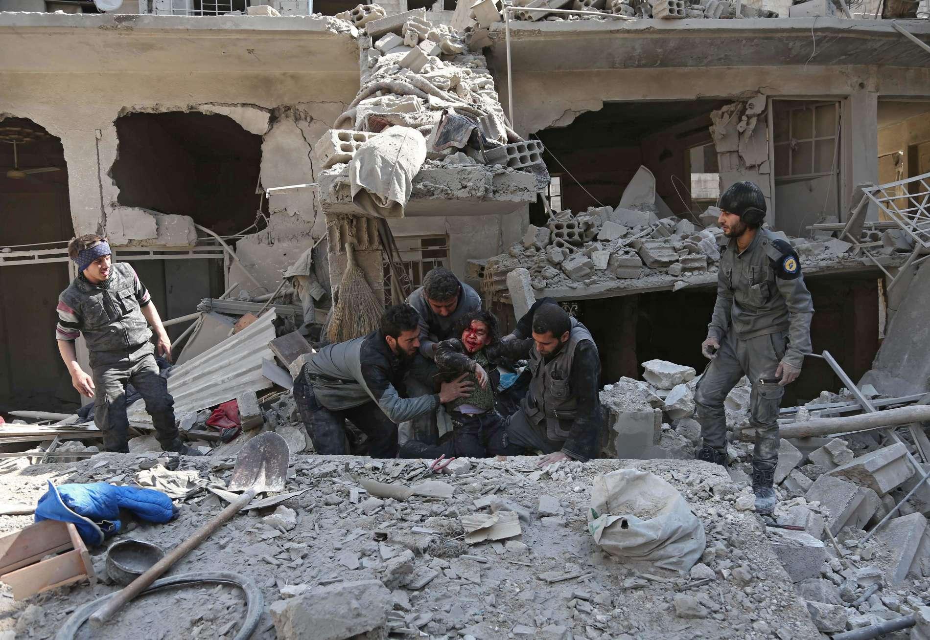 Syrischer Horror ohne Ende: Ein verletztes Kind wird nach einem Bombenangriff in der Region Ghouta aus den Trümmern geborgen.