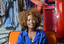 Ayanda ist eine selbstbewusste junge Frau in Johannesburg