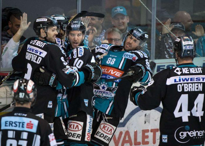 """""""So spielen wir Eishockey"""", sangen die Fans und konnten fast im Minutentakt mit ihren Black WIngs jubeln."""