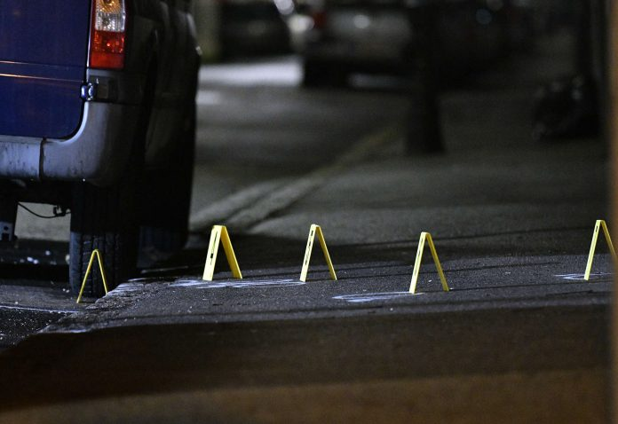 Der Tatort vor der iranischen Residenz in Wien. Der Angreifer starb in der Nacht auf gestern durch die Schüsse des Soldaten.