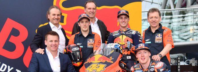 Das Red Bull KTM Factory Racing MotoGP Team (v.l.) Motorsport-Direktor Pit Beirer, CSO Hubert Trunkenpolz, Testfahrer Mika Kallio, Consultant Heinz Kinigadner (KTM), die Fahrer Pol Espargaro und Bradley Smith sowie Team-Manager Mike Leitner.