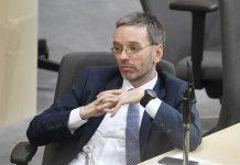 """Innenminister Herbert Kickl (FPÖ) bekam in der gestrigen Nationalrats-Sondersitzung in der Causa BVT die geballte Kritik der Opposition zu hören, wertete das aber als """"beschämende"""" Verunglimpfung eines rechtsstaatlichen Vorgangs. Er führe sein Ministerium """"gesetzeskonform"""", deponierte Kickl."""