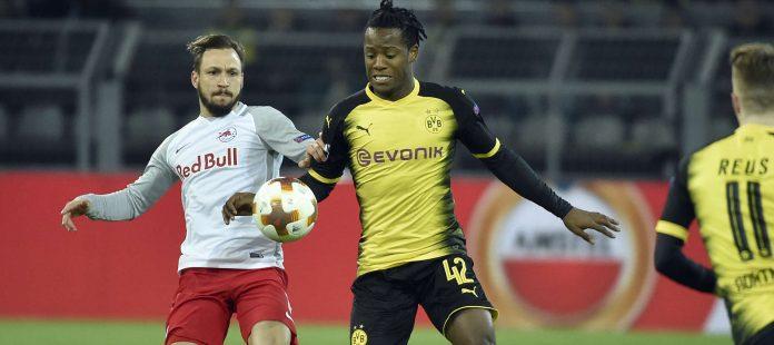 Andreas Ulmer im Zweikampf mit Dortmunds Michy Batshuayi.