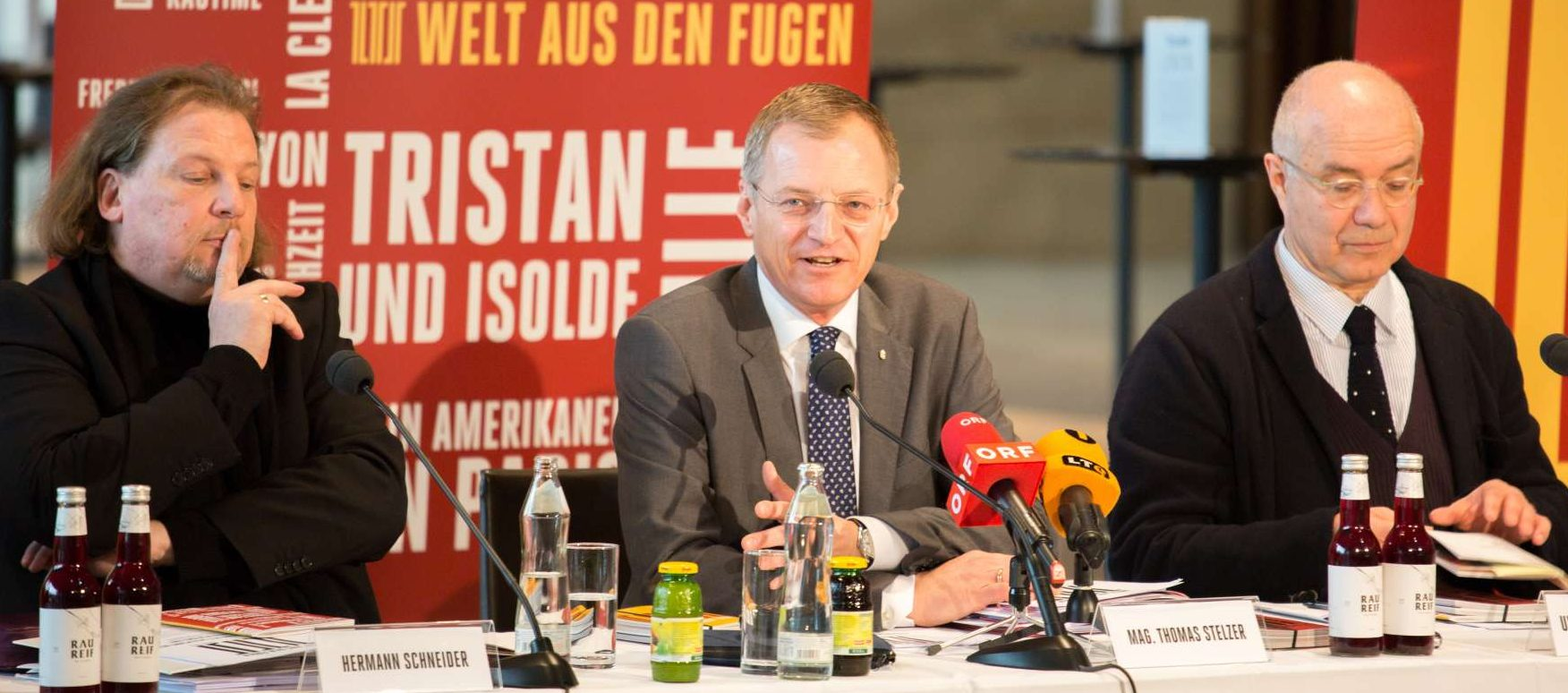 Landeshauptmann Thomas Stelzer (M.) präsentierte mit Intendant Hermann Schneider (l) und dem kaufmännischen Direktor Uwe Schmitz-Gielsdorf den Spielplan 2018/19