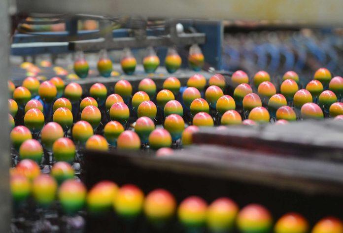 Die Ostereierproduktion läuft derzeit auf Hochtouren. Aufgrund des frühen Osterfestes werden die heimischen Eier knapp und es muss aus dem Ausland zugekauft werden.