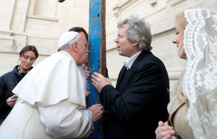 Päpstliche Priorität: Franziskus segnet ein Kreuz aus Holz von Flüchtlingsbooten