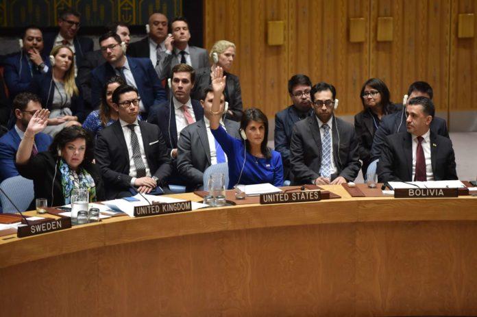 Karen Pierce (l., Großbritannien) und Nikki Haley (Mitte, USA) bei der Abstimmung im UNO-Sicherheitsrat.