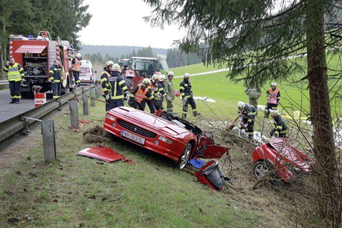 Ferrari wird in zwei Teile gerissen: Zwei Tote