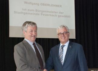 ÖVP-Bürgermeister Wolfgang Oberlehner reichte nach Bekanntgabe des Ergebnisses seinem SPÖ-Mitbewerber Fritz Peham (l.) die Hand.