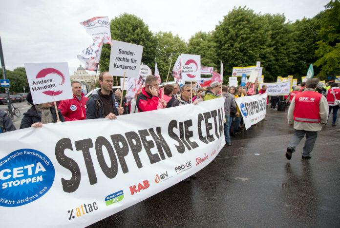 Während im Ministerrat die Regierung grünes Licht für das Freihandelsabkommen CETA gab, versammelten sich vor dem Bundeskanzleramt die CETA-Gegner, zu denen NGO's wie Greenpeace, Global 2000 oder Attac ebenso zählen wie etwa die SPÖ, Gewerkschaften oder die Arbeiterkammer.