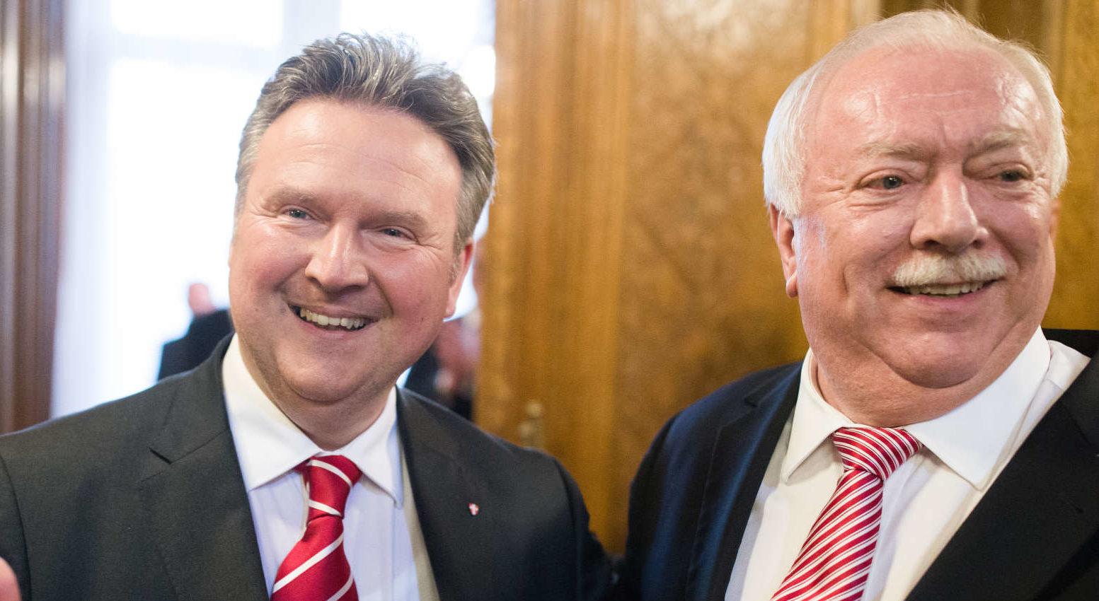 Nach 23 Jahren und 198 Tagen dankte Michael Häupl (r.) gestern als Wiener Bürgermeister ab, Michael Ludwig wurde im Gemeinderat zum Nachfolger Häupls gewählt. Mit ihm kommen auch Kathrin Gaal, Peter Hacker, Peter Hanke und Veronica Kaup-Hasler neu für die SPÖ in die Stadtregierung.