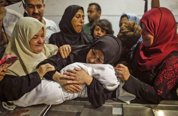 Eine Mutter trauert um ihre acht Monate alte Tochter, die nach den Unruhen im Gazastreifen an eingeatmetem Tränengas verstorben ist.