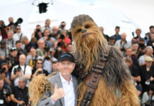 "Ron Howard mit der ""Star Wars""-Figur Chewbacca bei der Präsentation des Films in Cannes"