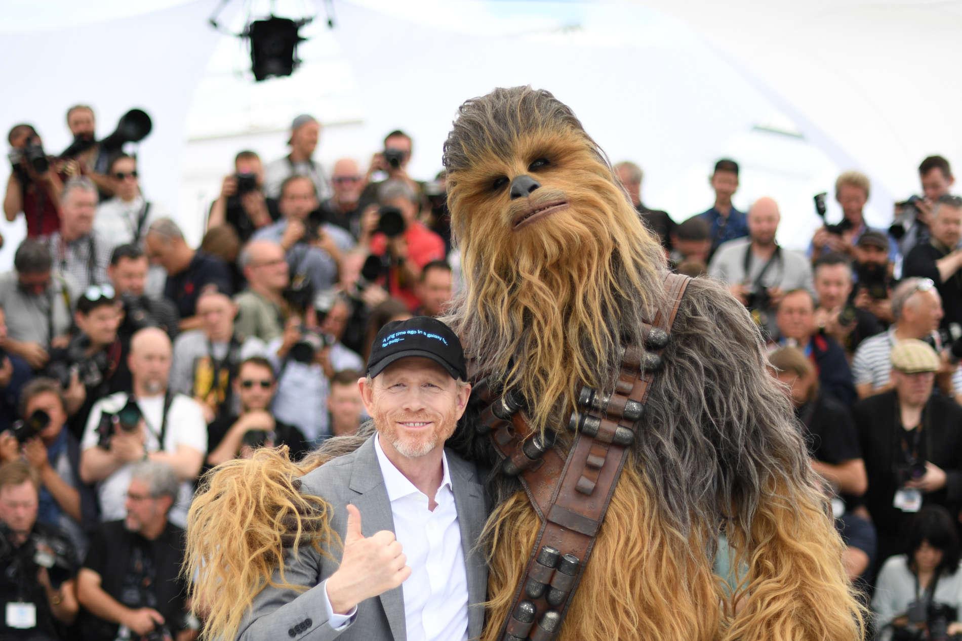 """Ron Howard mit der """"Star Wars""""-Figur Chewbacca bei der Präsentation des Films in Cannes"""