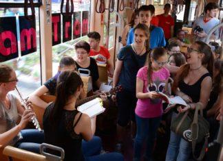 Beim JamTram musizieren Jugendbands und Chöre in den Linzer Straßenbahnen zwischen Hauptbahnhof und Landgutstraße. Die Fahrgäste sind dazu eingeladen, mitzusingen und zu klatschen.