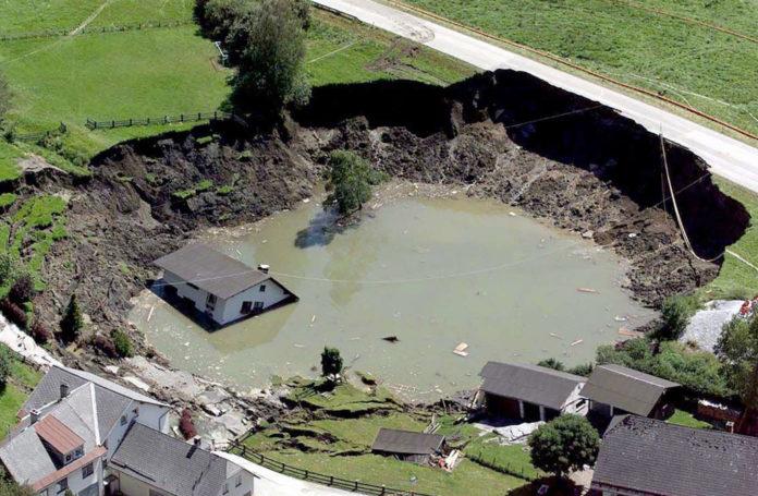 Die Luftaufnahme zeigt den eingestürzten Bergwerkstollen in Lassing. Bei dem Gruben- unglück wurden elf Menschen verschüttet.