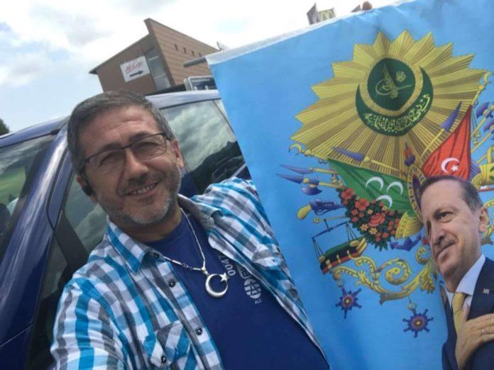 Erdogans Linzer Wahlkampftaxler: Irfan Ünsal mit einem Banner, das sein Idol zeigt.