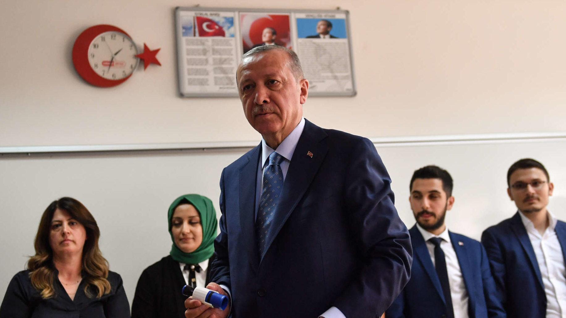 Der türkische Präsident Recep Tayyip Erdogan gab bei der gestrigen Wahl im Istanbuler Stadtteil Üsküdar auf der asiatischen Seite der Metropole seine Stimme ab.