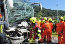 Der Buslenker wurde durch die Wucht des Anpralls eingeklemmt und musste anschließend mit schweren Verletzungen ins Spital geflogen werden.