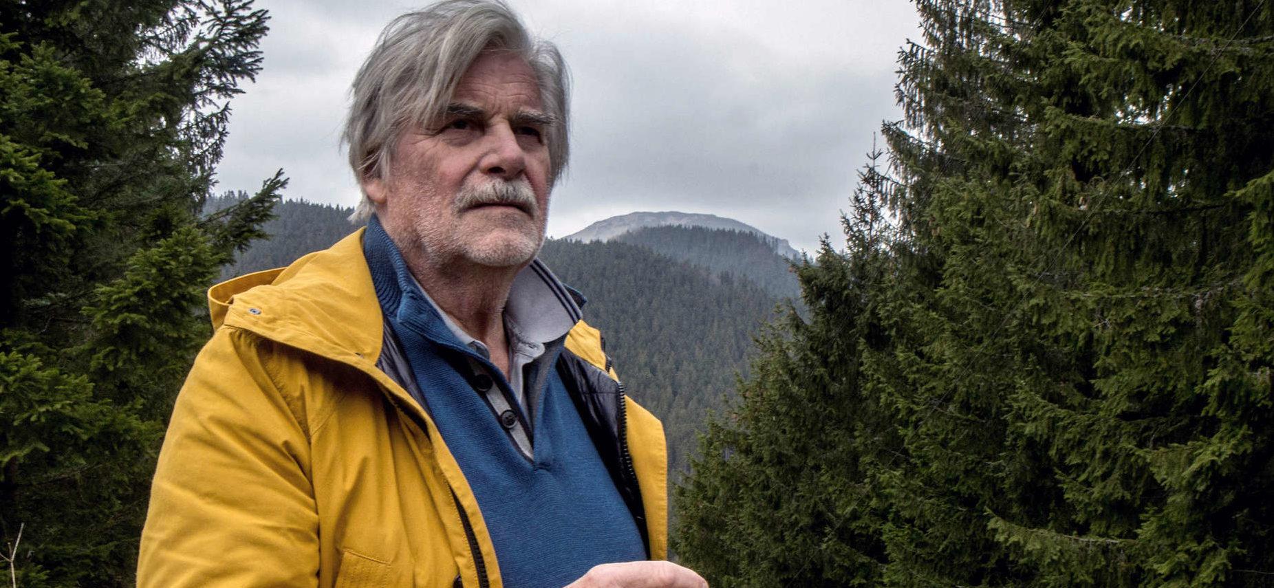 """Peter Simonischek als Lebemann Georg Graubner in """"Dolmetscher""""."""