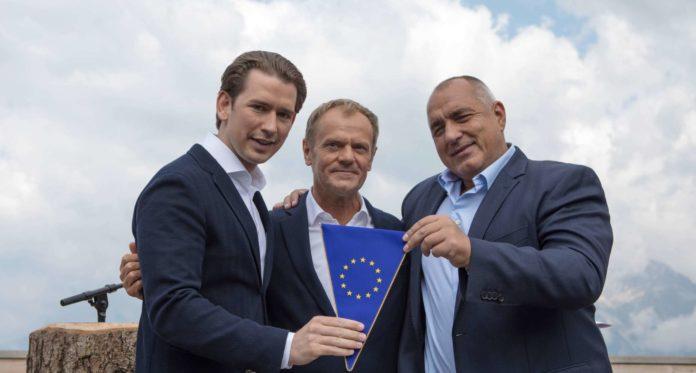 """Bulgariens Premier Borissow (r.) übergibt den EU-Wimpel an Kanzler Kurz, Ratspräsident Tusk (M.) wünscht """"alles Gute""""."""