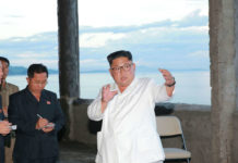 Der nordkoreanische Diktator Kim Jong Un (im weißen Hemd) bei der Inspektion des in Bau befindlichen Yombunjin-Hotels. Der Tourismus spielt in dem Land nur eine geringe Rolle.