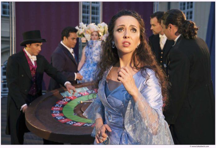 Prachtsopran: Eugenia Dushina (Violetta)