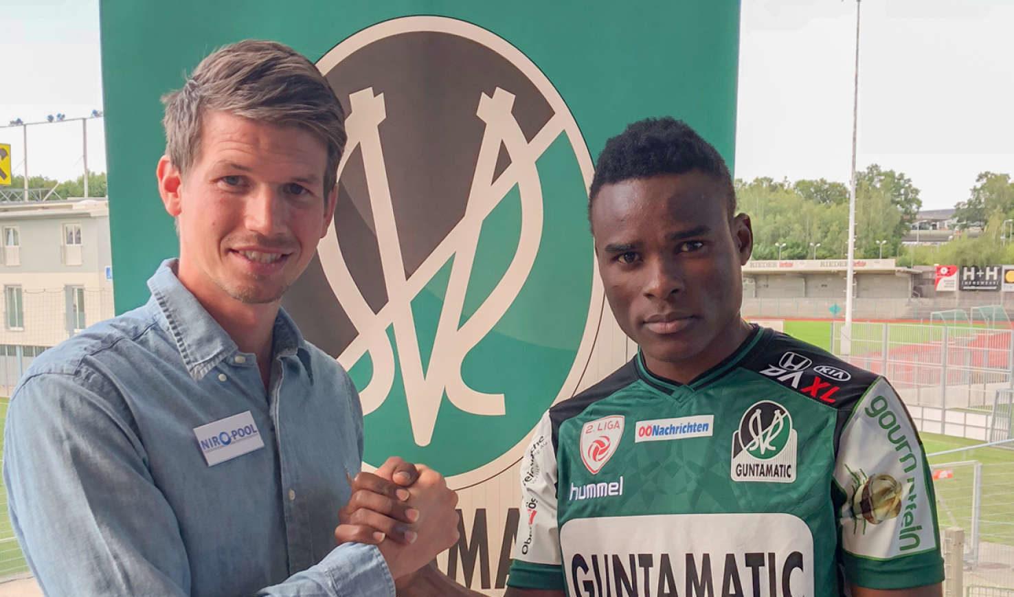 Ugandas Nationalstürmer Lubega (20/r. mit Manager Schiemer) wurde für ein Jahr ausgeliehen.