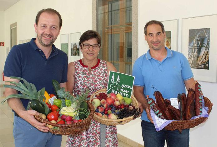 Die Produktvielfalt der 130 Linzer Stadtbauern soll noch heuer auf einer Homepage ersichtlich werden. Vizebürgermeister Bernhard Baier (l.), im Bild mit den Stadtbauern Michaela Sommer und Gerald Hamberger, unterstützt die Initiative.