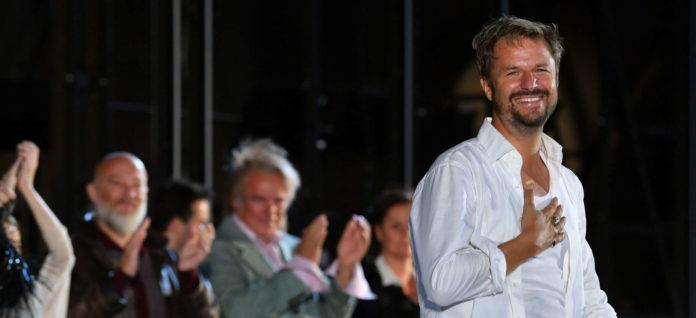 Frenetischen Applaus gab es nicht nur vom Publikum: Auch seine Mitstreiter auf der Bühne zollten der großartigen Leistung von Philipp Hochmair jede Menge Respekt. Die Buhlschaft riss er sogar zu neuen Höhenflügen hin.