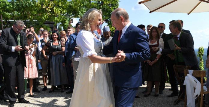 Wladimir Putin wagte zuerst ein Tänzchen mit der frisch vermählten Außenministerin Karin Kneissl.